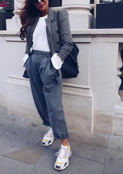 حذاء Balenciaga Triple S مع جاكيت واسعة Oversized