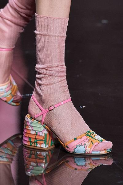 حذاء بالطبعات وكعب عريض من فندي Fendi