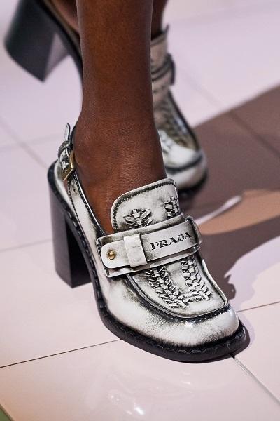 حذاء لوفر أبيض بكعب من برادا Prada