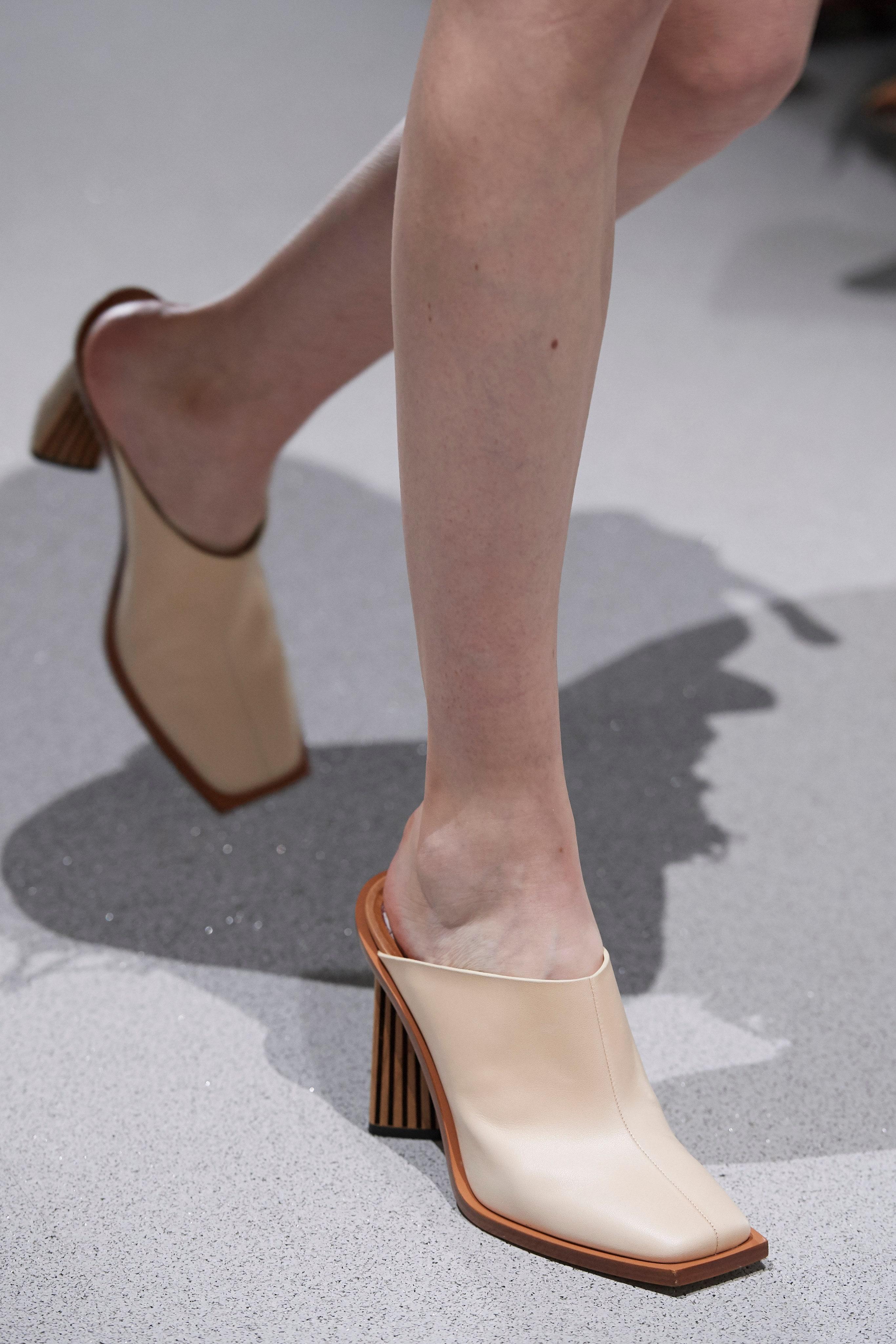 حذاء ملربع من الأمام من جيفنشي Givenchy بتصميم ميول بكعب