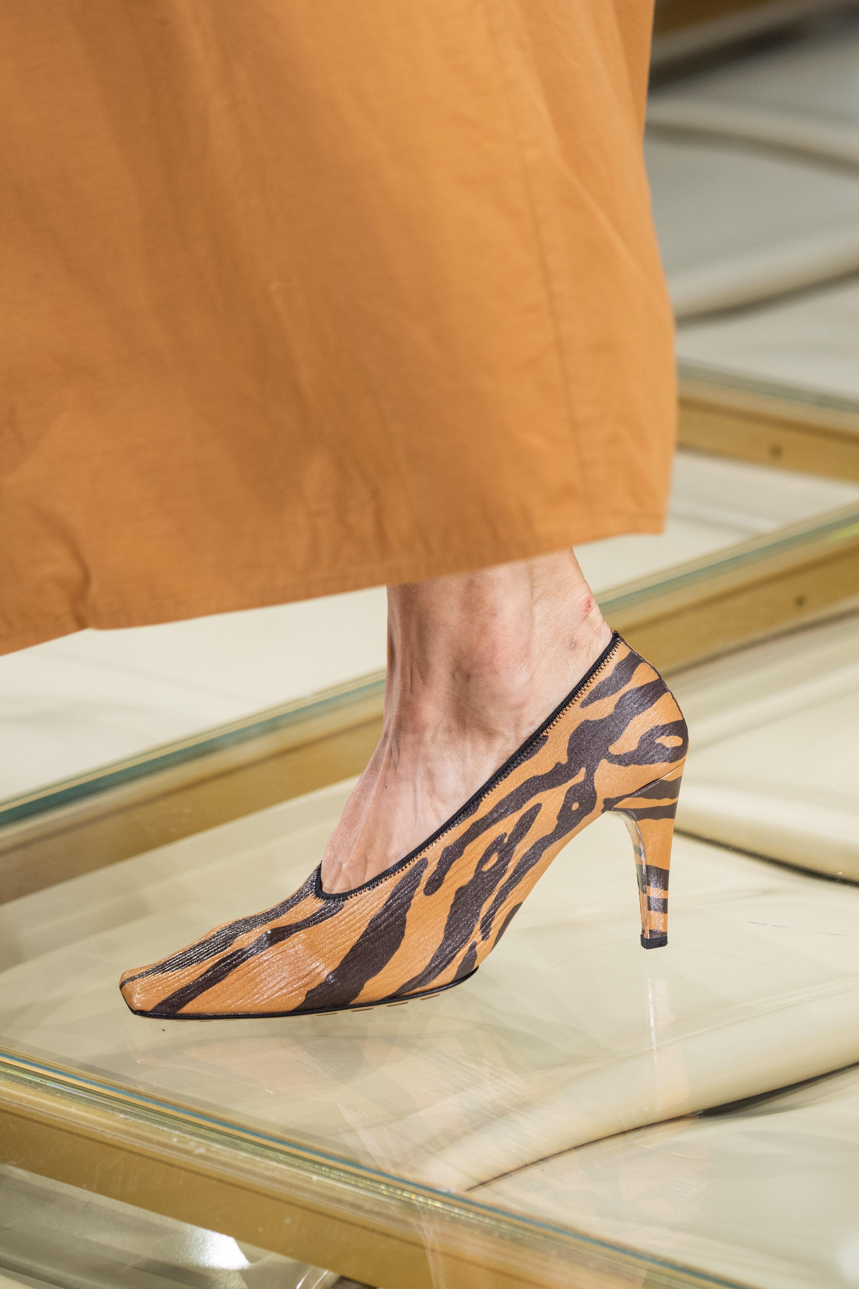 حذاء مربع من الأمام، بكعب وطبعات الفهد من بوتيغا فينيتا Bottega Veneta