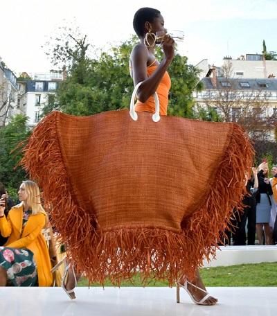 حقيبة جاكموس Jaquemus المصممة من القش ضمن مجموعة صيف 2019