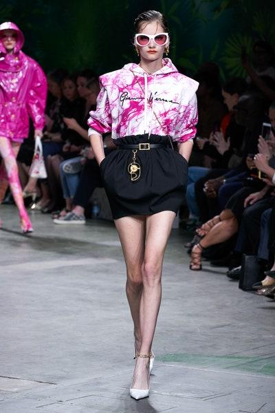 حقيبة خصر صغيرة بتصميم علاقة مفاتيح من فرساتشي Versace