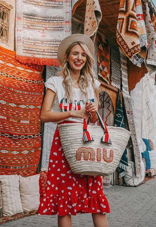 حقيبة القش هي الأجمل مع إطلالة بتنورة أو فستان بطبعات الورود