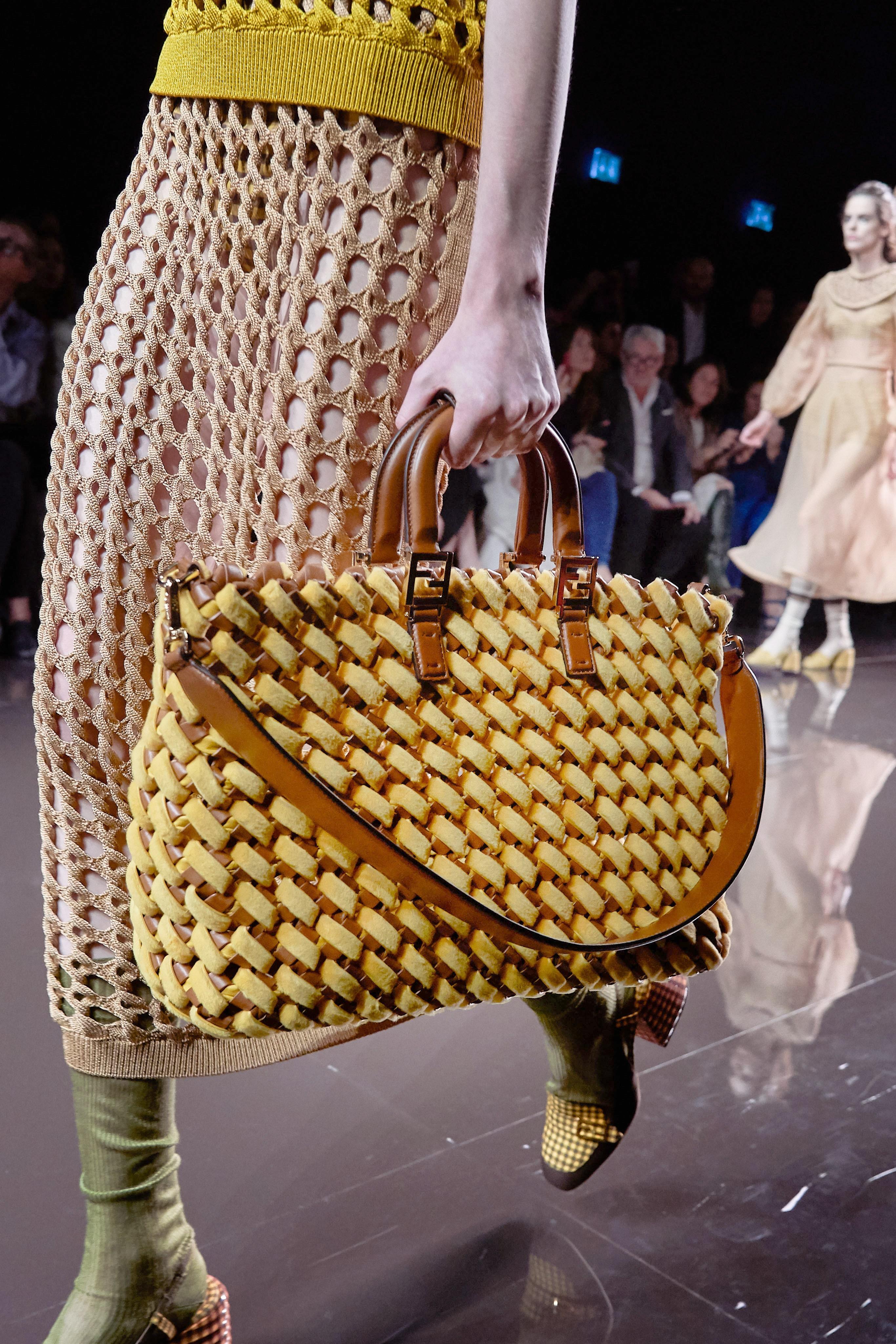 حقيبة مونوكروم باللون الأصفر والبني من فندي Fendi