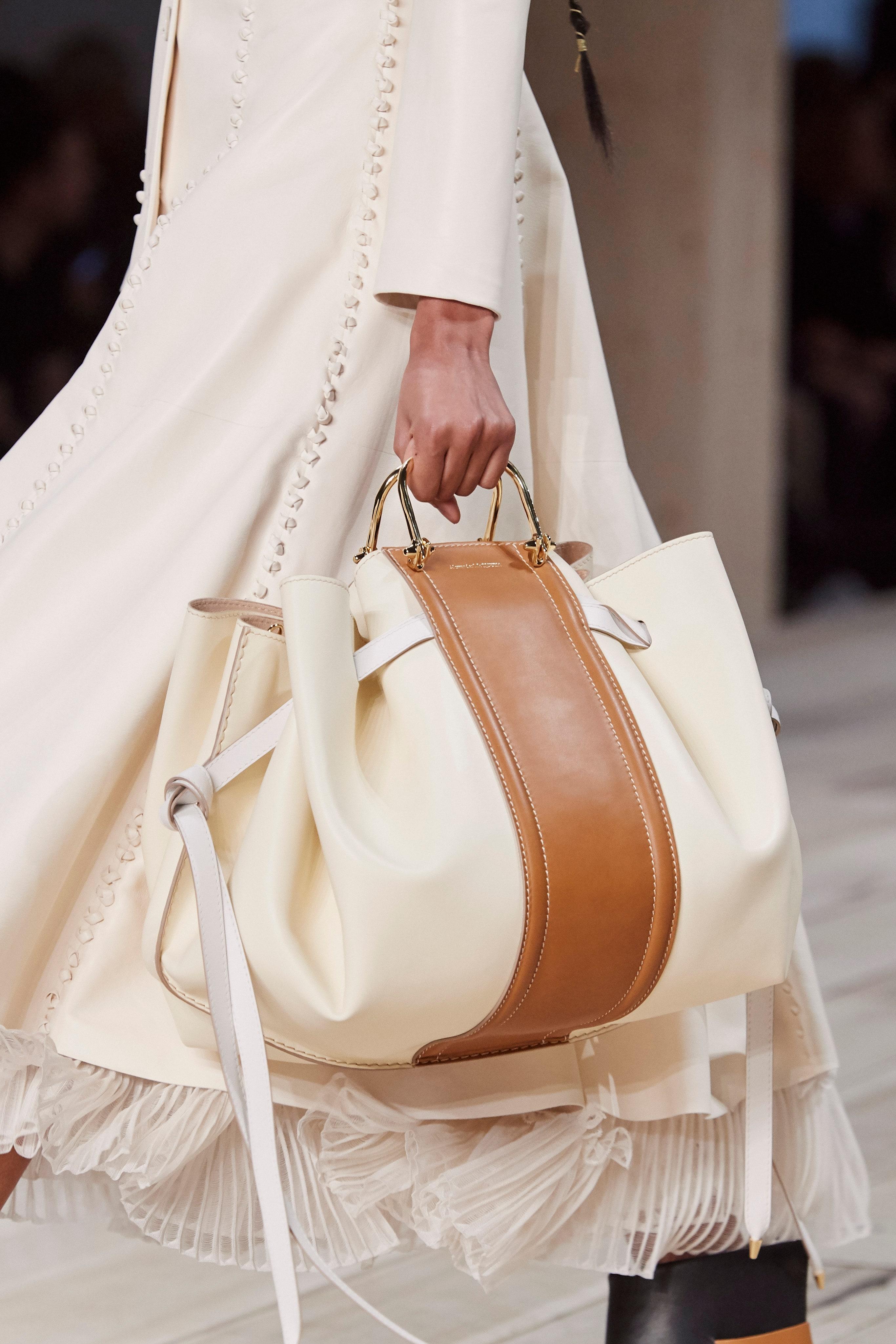 حقيبة مونوكروم بيج وكاميل من أليكساندر ماكوين Alexander McQueen