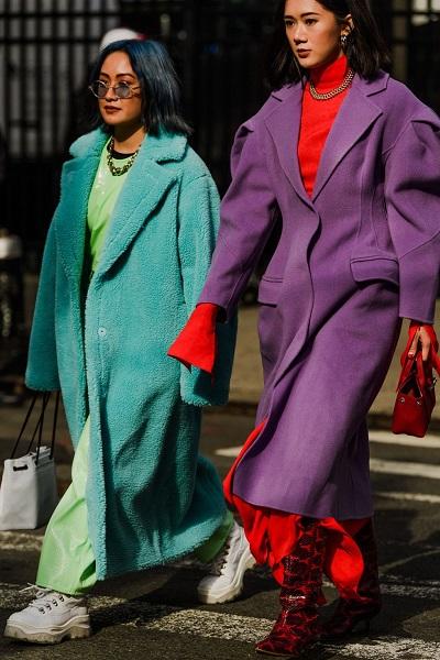 جاكيت التيدي ال oversized ضمن اطلالات الشارع في نيويورك