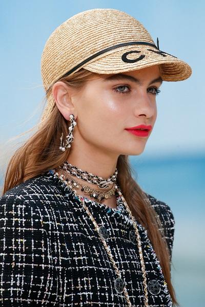 كثرة الأكسسوارات من شانيل Chanel