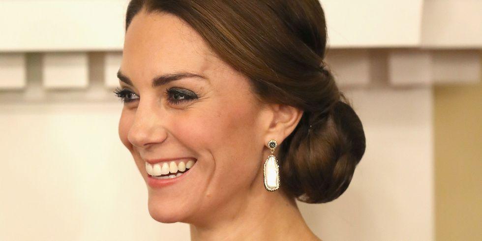 كيت ميدلتون ترتدي أقراط فاخرة من الذهب والسواروفسكي  أثناء رحلتها الملكية  إلى كندا