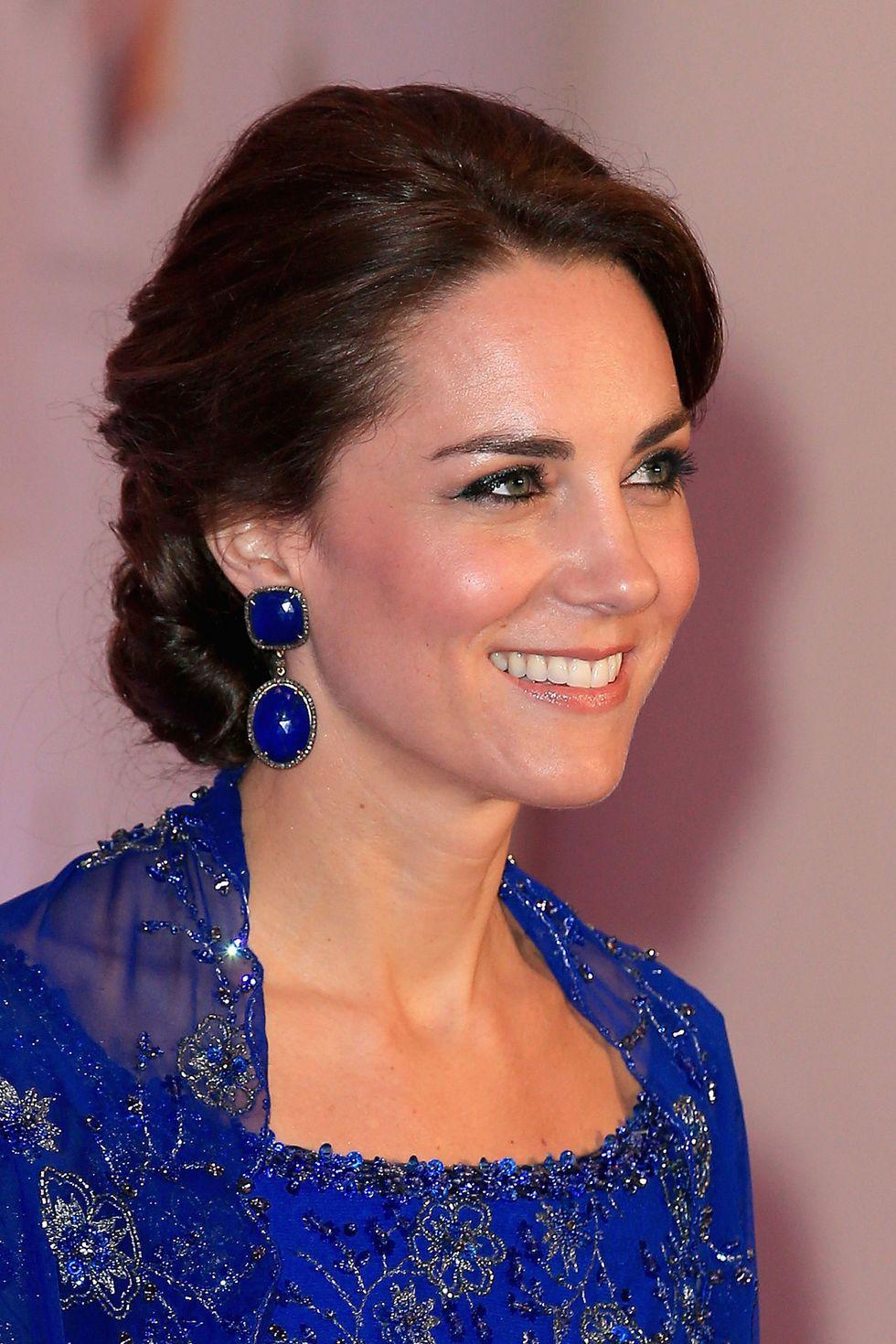 كيت ميديلتون منسقة  أقراط من الكوبالت الأزرق مع فستان باللون الأزرق الملكي في الهند