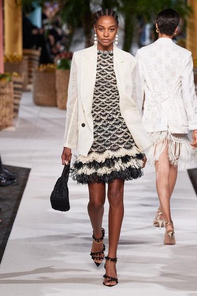 البليزر الأبيض مع فستان أنيق من أوسكار دي لا رينتا Oscar De La Renta