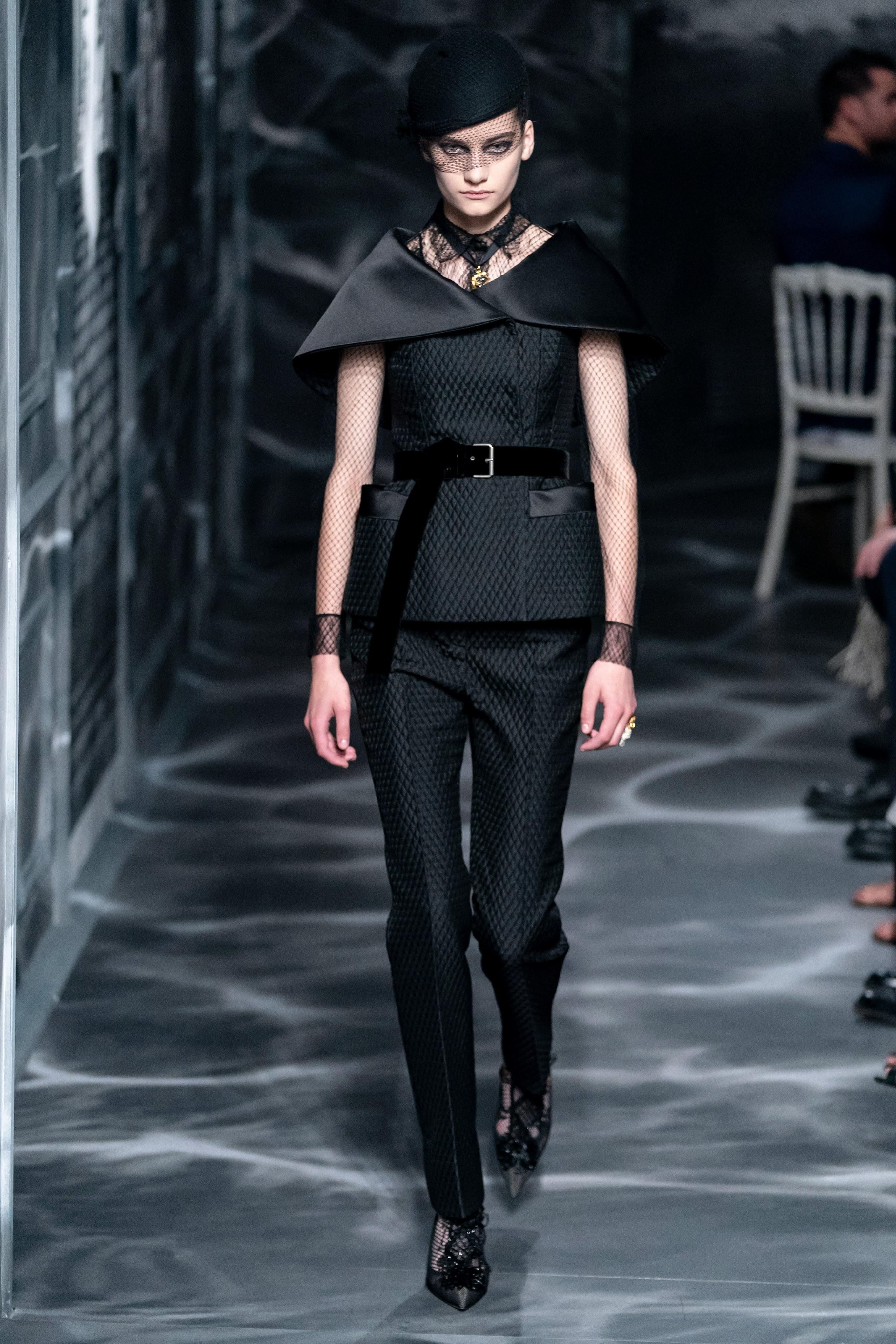 البيريه السوداء الفاخرة على منصة كريستيان ديور Christian Dior