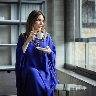 الفنانة يارا تتألق بالجلابية ذات اللون الأزرق الداكن