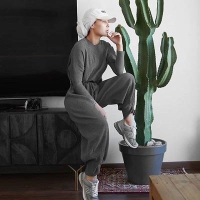 المدونة آسيا ترتدي الكاب مع الحجاب لإطلالة رياضية