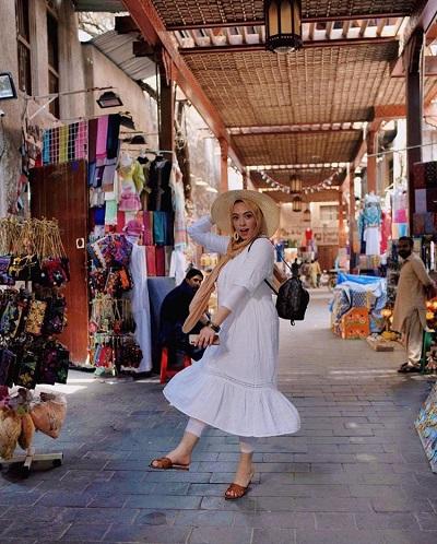 المدونة سارة صبري منسقةً القبعة مع الحجاب