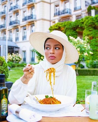المدونة صوفيا جودسون ترتدي القبعة مع الحجاب