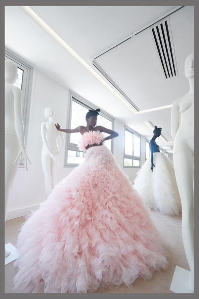 العقدة منسقة مع فستان وردي بالكشاكش على منصة جمباتيستا فالي Giambattista Valli