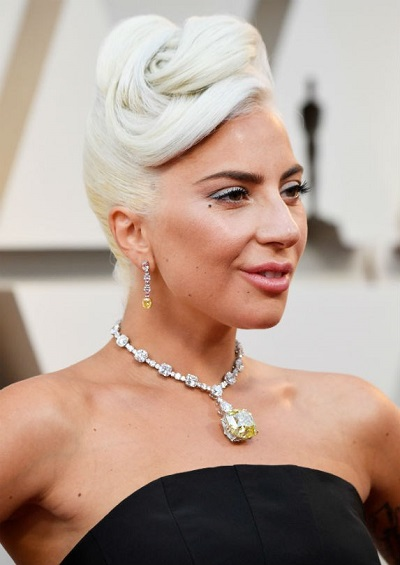 ليدي غاغا ترتدي قلادة من الماسالأبيض والأصفر من تيفاني اند كو Tiffany & Co