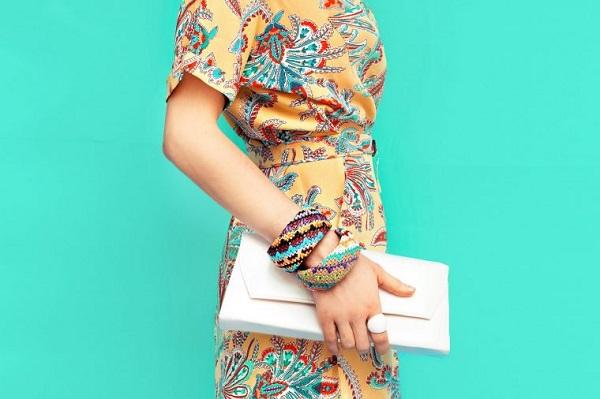 ملابس بألوان حيوية لإطلالة شبابية