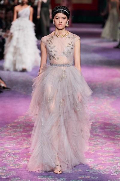 من كريستيان ديور Christian Dior تصميم بلون الباستيل خلال اسبوع الهوت كوتور الباريسي