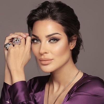 نادين نجيم مزينة أصابعها بخواتم ضخمة ملونة راقية