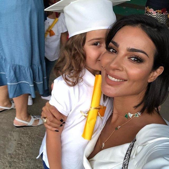 نادين نجيم ترتدي سلسلة ذهب طويلة برفقة ابنتها