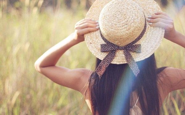 قبعة قش لسفرات الصيف