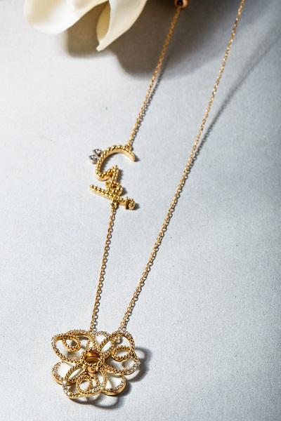 قلادة من الذهب بشكل  زهرة من مجوهرات لانا الكمال Lana Al Kamal Jewelry