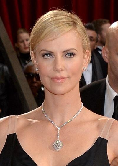 شارليز ثيرون ترتدي قلادة من الماس من هاري ونستون Harry Winston