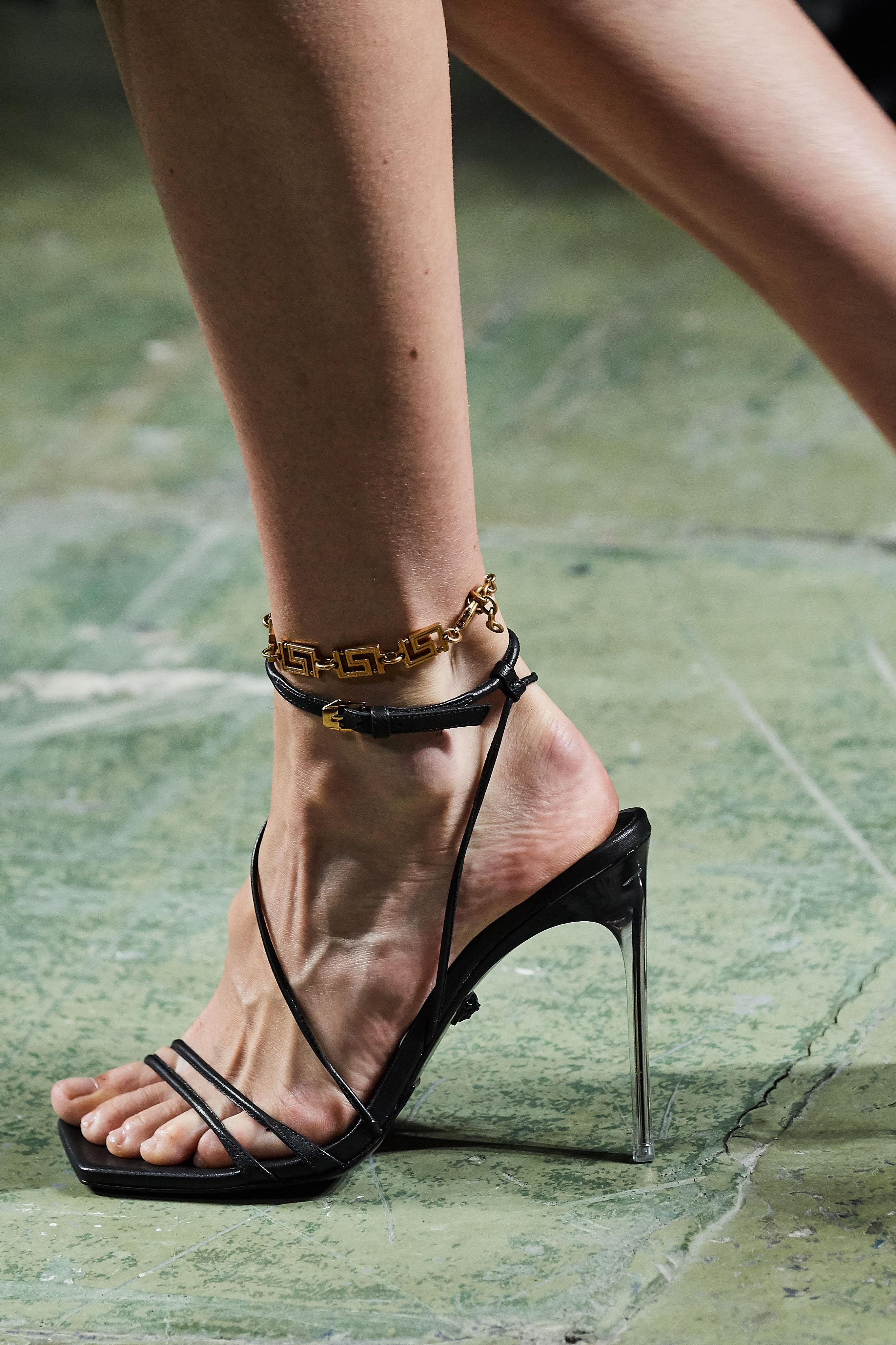 صندل بكعب مربع من الأمام من فرساتشي Versace