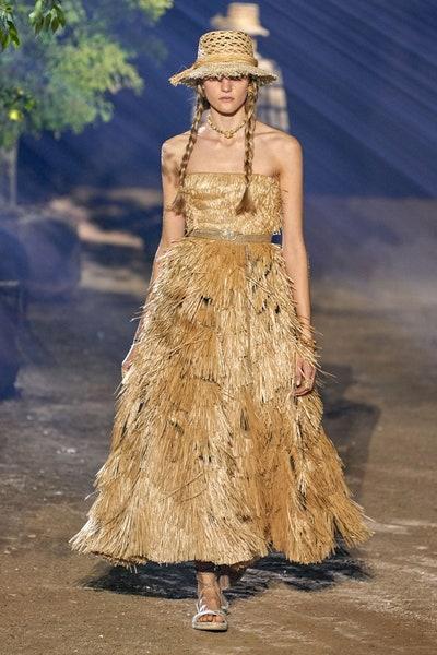 إطلالة بفستان رافيا من كريستيان ديور Christian Dior
