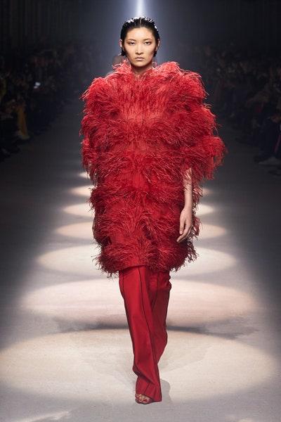 إطلالة بالريش الأحمر من جيفنشي Givenchy