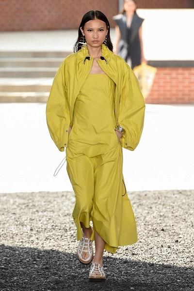 إطلالة كاجوال باللون الأصفر من عرض فيليب ليم Phillip Lim