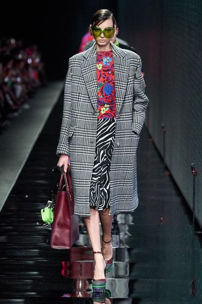 إطلالة مميزة جمعت بين طبعات متعددة من ضمنها تنورة بطبعات الزيبرا من فرساتشي Versace