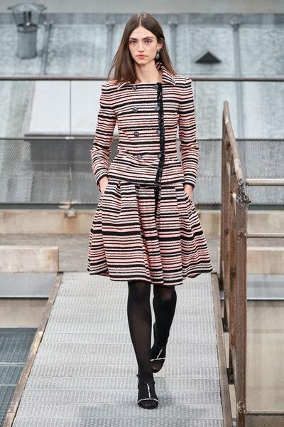 تنورة بالتقليمات من شانيل Chanel