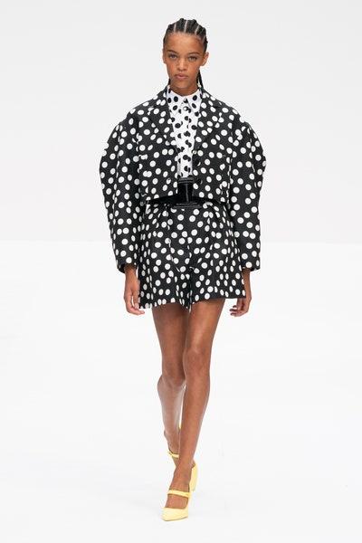 تنورة قصيرة بتصميم بولكا من كارولينا هيريرا Carolina Herrera