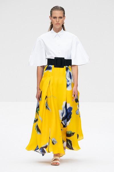 تنورة طويلة معرقة بطبعات الورود الكبيرة من كارولينا هيريرا Carolina Herrera