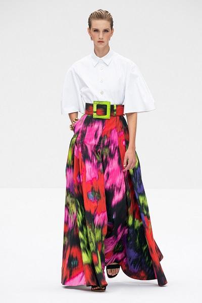 تنورة طويلة معرقة بطبعات الورود الملونة من كارولينا هيريرا Carolina Herrera
