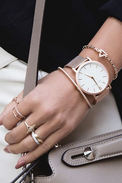 يجب تنسيق لون الساعة مع لون المجوهرات