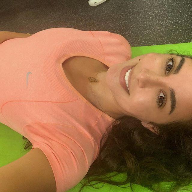 ياسمين صبري ترتدي سلسلة سلسلة ناعمة أثناء الرياضة
