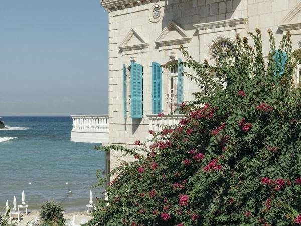 بيت البحر يعانق زرقة السماء والشاطئ