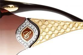 7eead88d7de4a النظَّارة مصنوعة من 60 غرامًا من الذهب بعيار 24 قيراطًا. وتحوط حبات الماس  حرف