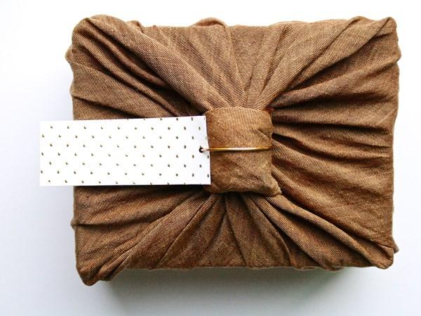 التدبير المنزلي: طرق غير تقليدية لتغليف الهدايا بالورود والملابس