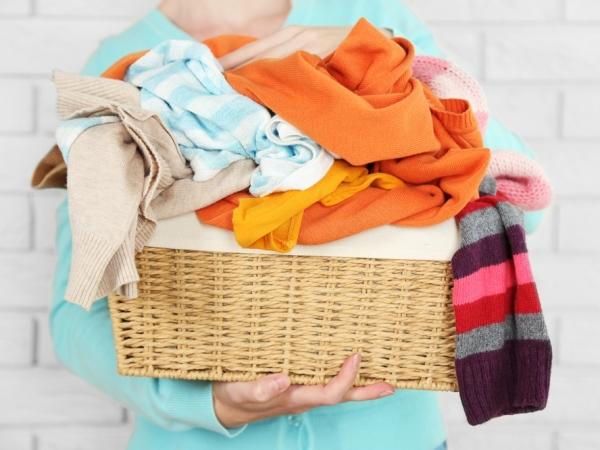 التدبير المنزلي: خطوات تنظيف الملابس الملونة من بقع الحبر