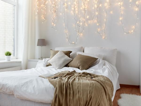 في غرفة النوم، الإضاءة هادئة وخفيفة،