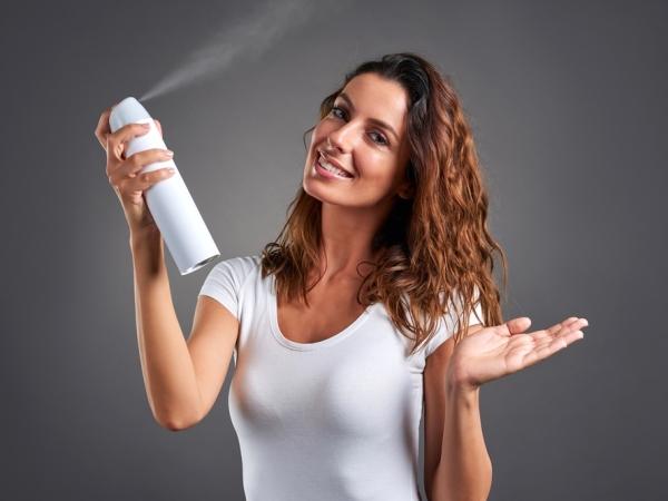 حلول في التدبير المنزلي لإزالة بقع طلاء الأظافر عن الأرائك