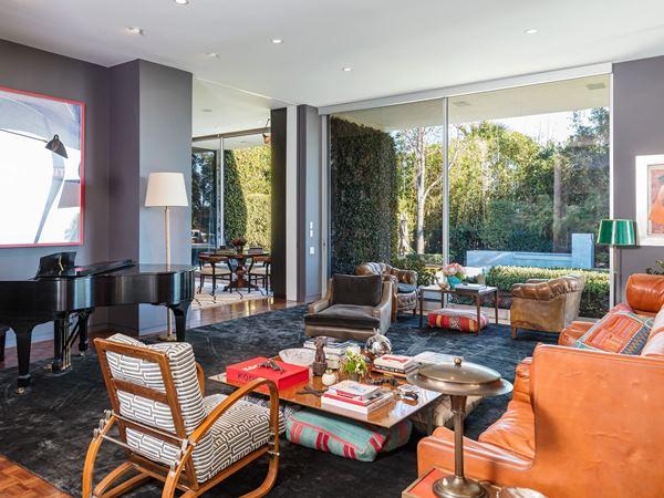 """ألوان الربيع في مسكن إلين ديجينيرز بـ""""بيفرلي هيلز"""" المعروض للبيع"""