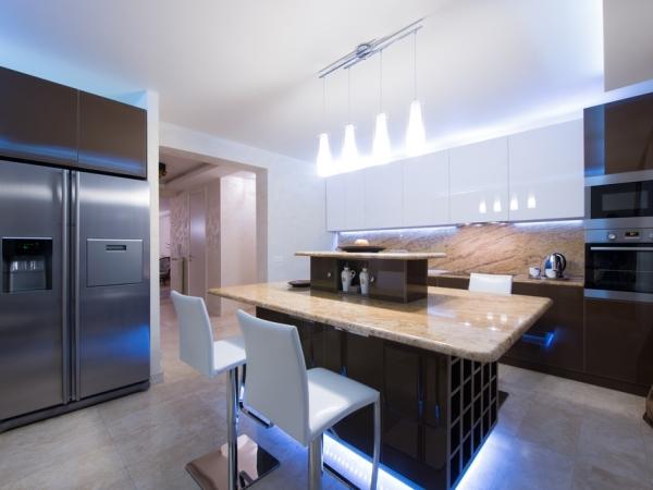 من المُفضَّل أن تكون الإضاءة العامَّة في المطبخ عالية