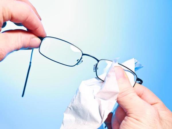 فيديو: طريقة في التدبير المنزلي لتنظيف النظارات
