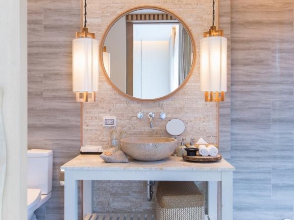 الإضاءة المجاورة للمرآة في الحمَّام عالية